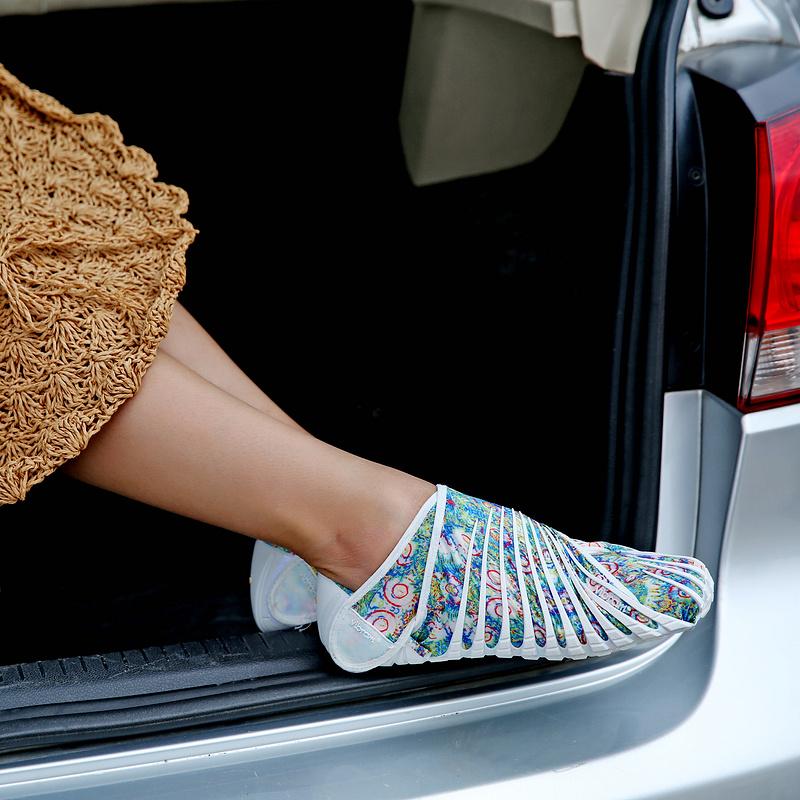 Обувь, обтягивающая Ваши ноги - позирует на улице