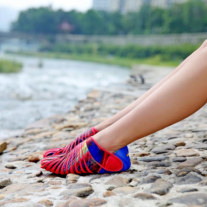 Кроссовки, обтягивающие Ваши ноги - гуляет на природе