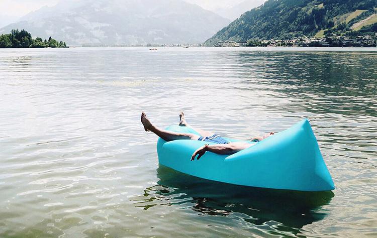 Надувной диван на озере
