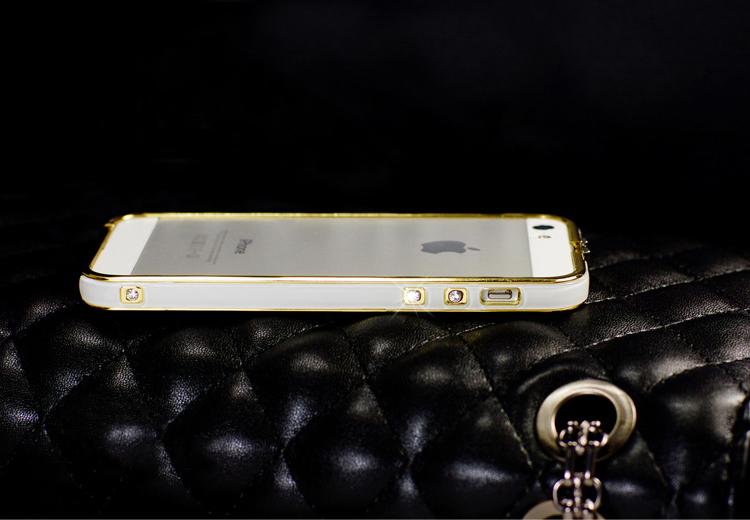 Чехол-каркас для iPhone 5, 5S, 6 со стразами и золотой обводкой, белого цвета со смартфоном.