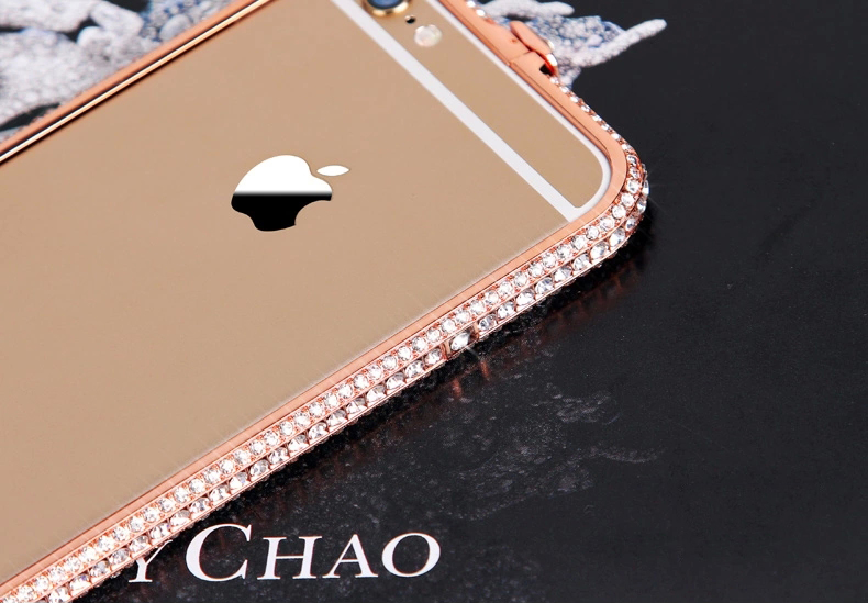 Чехол для iPhone 5, 6 ручной работы. Германская технология. Со стразами. Вид сверху сзади. Золотой каркас.