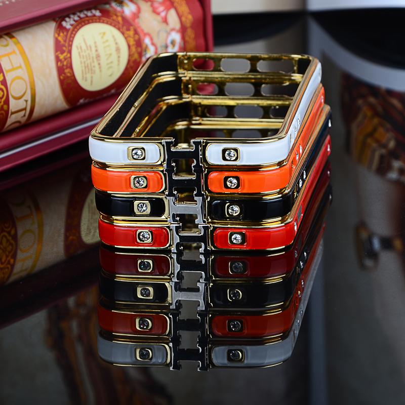 Чехол-каркас для iPhone 5, 5S, 6 разных цветов со стразами и золотой обводкой лежащие один на одном