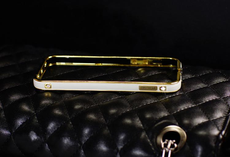 Чехол-каркас для iPhone 5, 5S, 6 разных цветов со стразами и золотой обводкой белого цвета без смартфона
