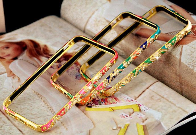Металлический каркас - чехол от Christian Dior разных цветов со стразами Сваровски лежат 3 подряд на книге