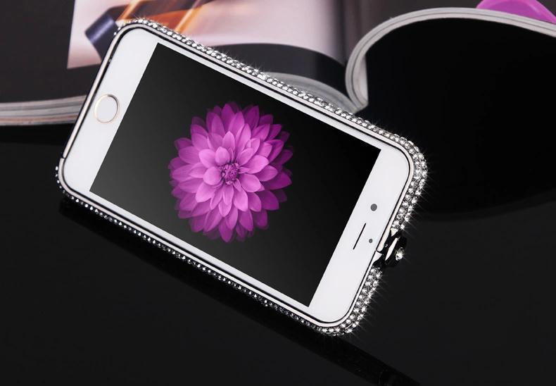 Чехол для iPhone 5, 6 ручной работы. Германская технология. Со стразами. Лежит на журнале вместе со смартфоном.