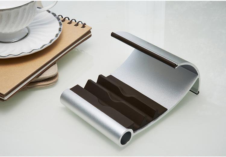 Держатель подставка AIO для планшетов и смартфонов серая рядом с тарелкой