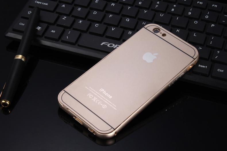 Чехол бампер с крышкой iPhone 5,6 лежит на клавиатуре золотого цвета