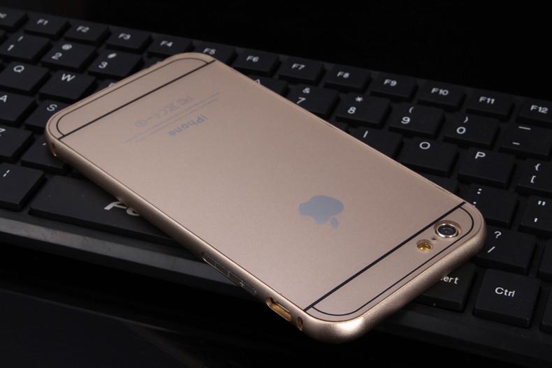 Чехол бампер с крышкой iPhone 5,6 золотого цвета вниз головой на клавиатуре