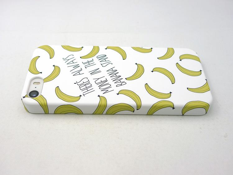 Чехол для iPhone с бананами горизонтально лежит