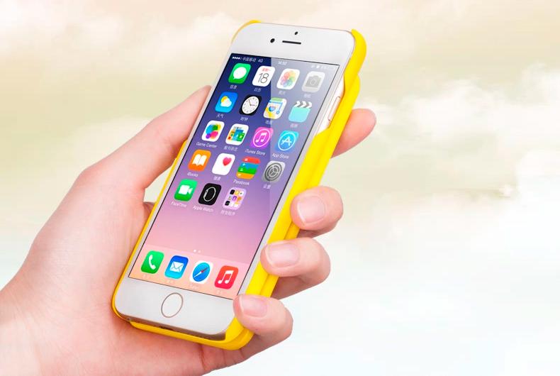Портативное зарядное устройство и чехол - Power bank для iPhone 6 на фоне неба