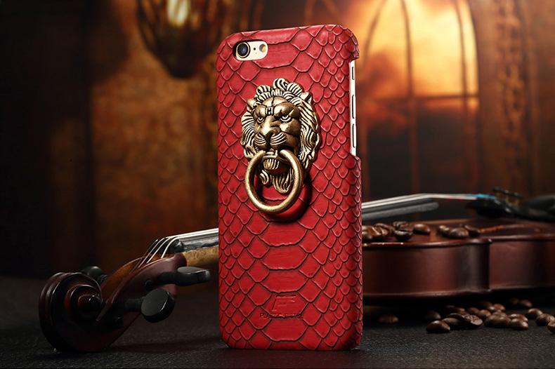 Чехол с золотым львом и кольцом красного цвета