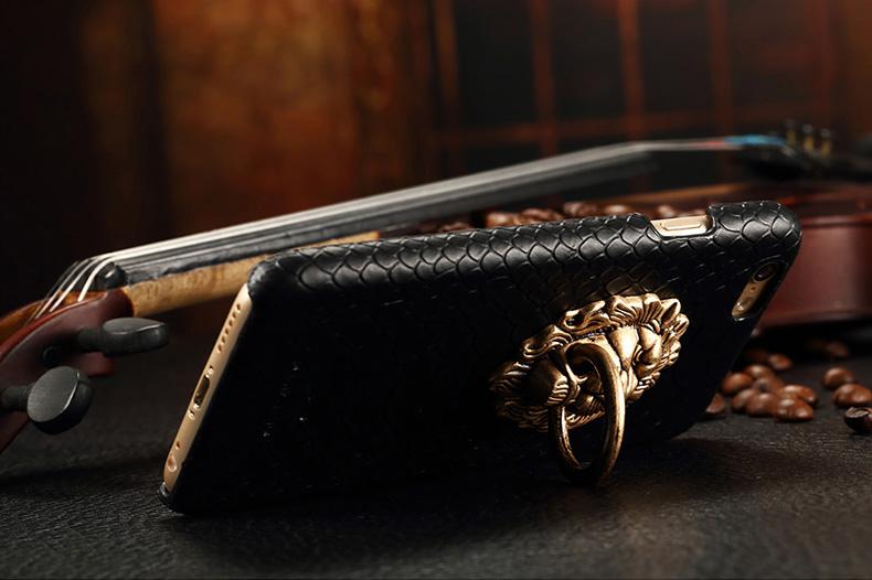Чехол с золотым львом и кольцом лежит на кольце