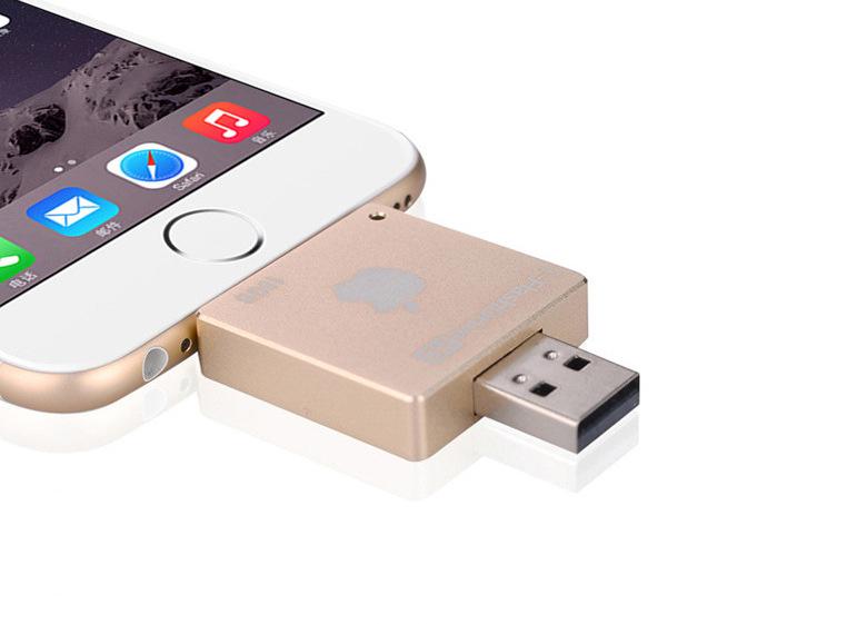 i FlashDrive HD флеш карта для устройств Apple подключенный к iPhone