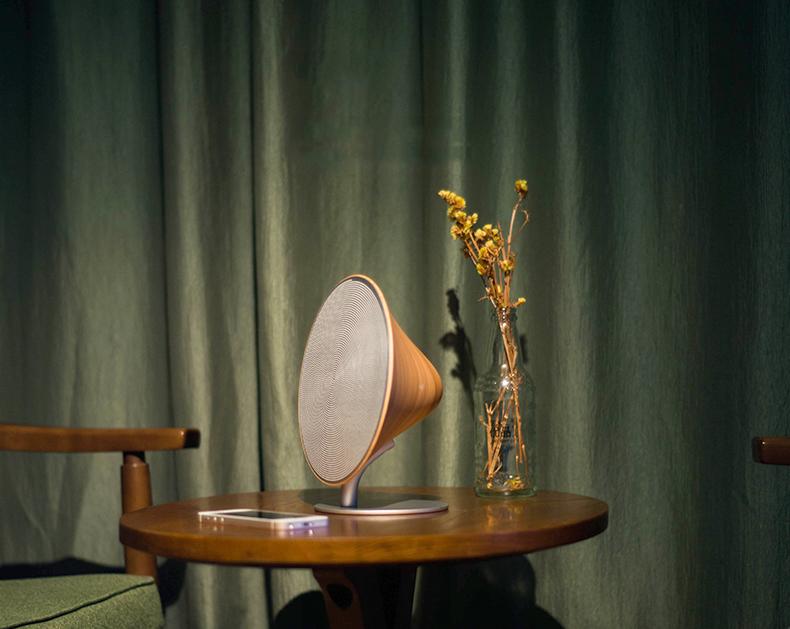 Деревянная Bluetooth колонка Solo One Emie около штор