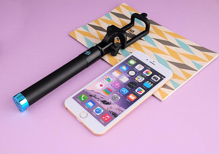 Мини селфи палка для смартфона лежит со смартфоном