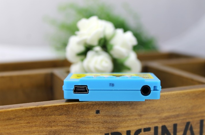 MP3-плеер в виде аудио-кассеты - голубой с другого бока