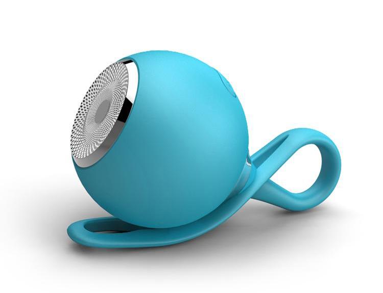 Водонепроницаемая Bluetooth колонка в дорогу голубого цвета лежит с лицевой стороны